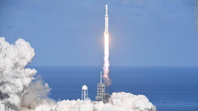 CNN.co.jp : 世界最強の実用ロケット「ファルコンヘビー」、打ち上げ成功