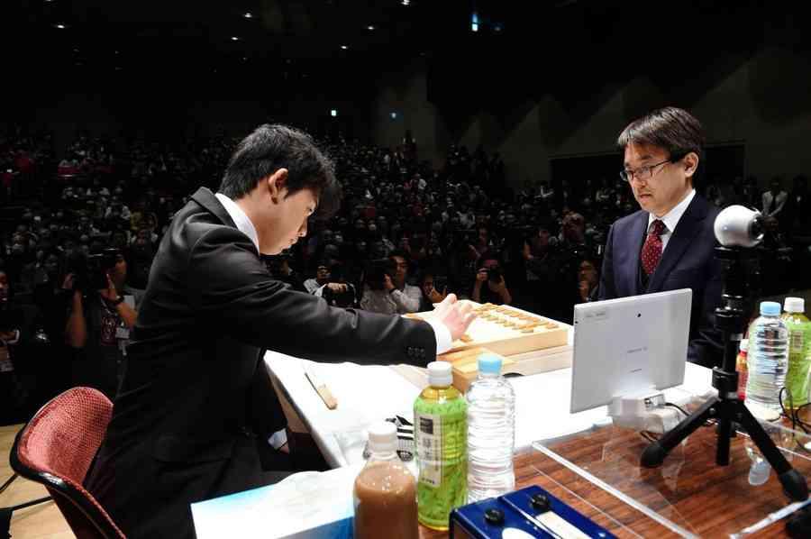 藤井聡太五段が羽生善治竜王を破る 公式戦では初勝利、朝日杯オープン