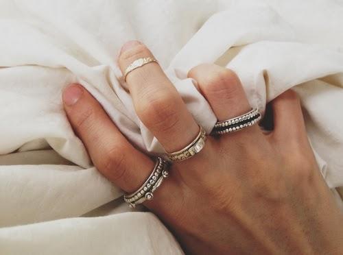 ファッションリングを左手の薬指につけるのはどう思いますか?