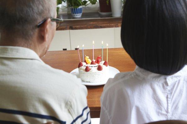 SNSでの誕生日祝福に「いい大人が誕生日祝うのは情けない」