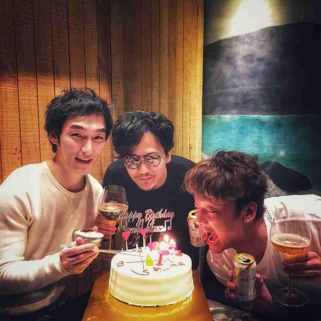 「アイシテマース!!!」 香取慎吾、41歳の誕生日に稲垣吾郎、草なぎ剛とケーキを囲んで3ショット