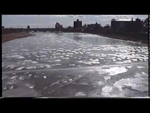 22年前の広瀬川は完全に凍結していた。大人が乗っても大丈夫? - YouTube