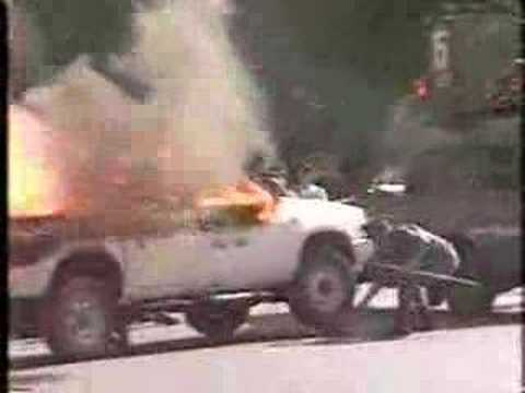衆院通用門前で車両炎上 自称元右翼 - YouTube