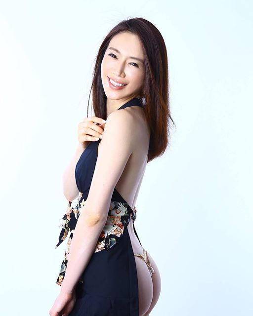 """""""美魔女グラドル""""岩本和子、42歳の女子高生に「宝物です」「コクっちゃうよ」と反響"""