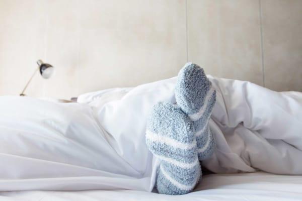 寝るときに靴下を履いてはいけない? それでも止められない女性たち