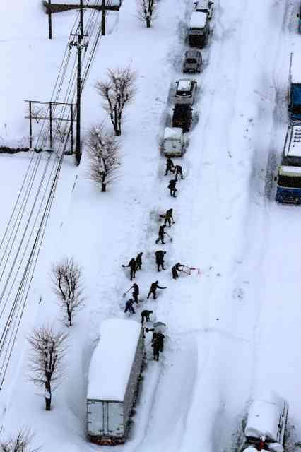 豪雪で立ち往生の車に500人前 餃子の王将、無償で
