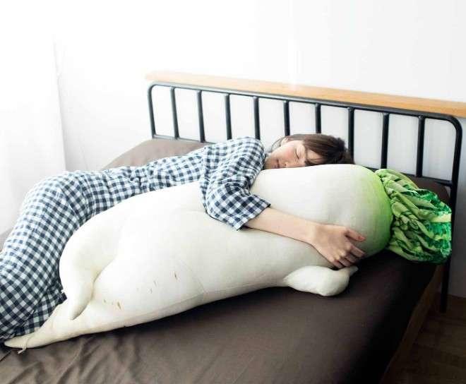 あのセクシー大根が抱き枕に!全長115センチの大根が悩ましいポーズで腕枕を誘う