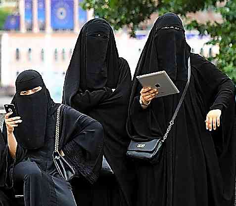 イスラム教徒女性のスカーフめくる 看護師試験の監督員