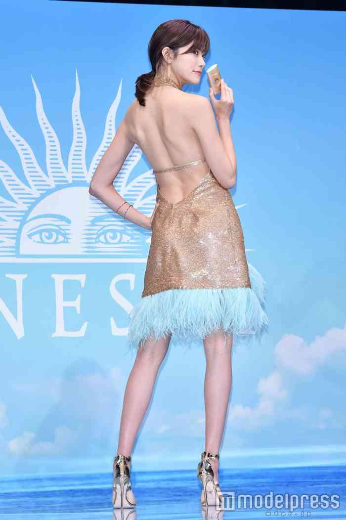 森星、大胆ドレスで美背中あらわ 美の秘訣明かす