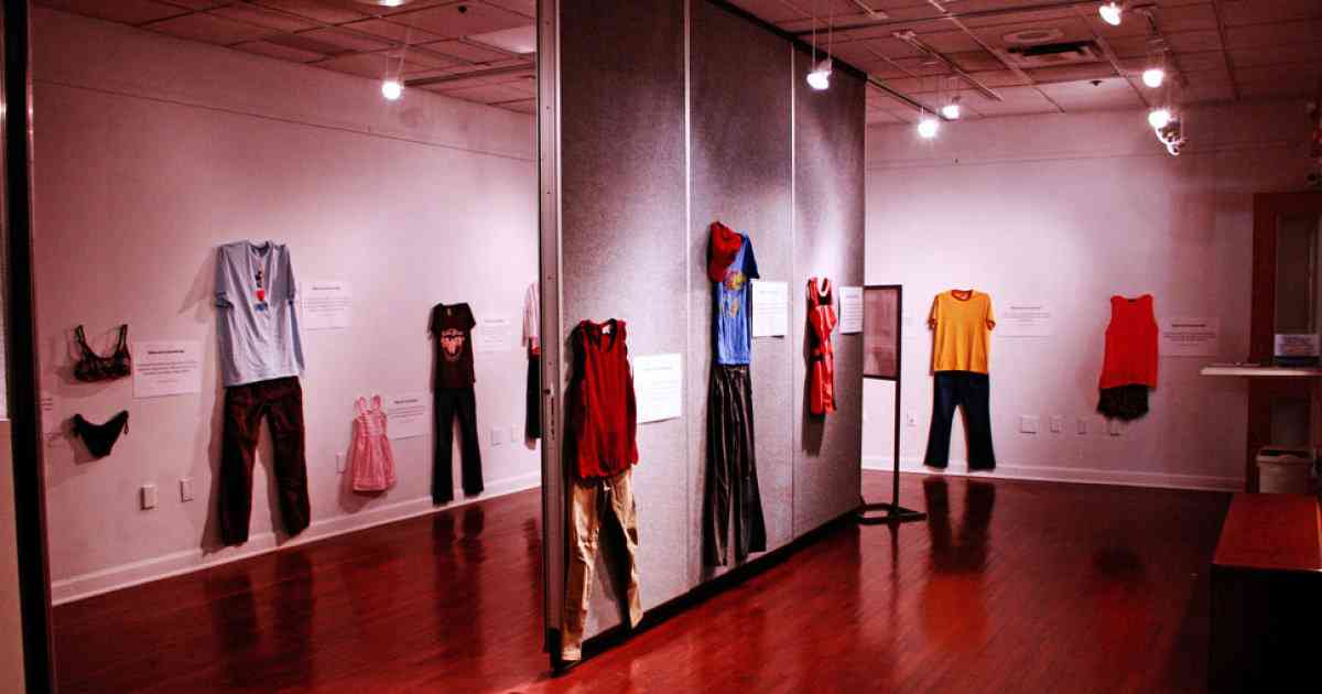 「レイプされた時、あなたは何を着ていた?」 性暴力と服装の相関関係を問う、アメリカ大学の展覧会