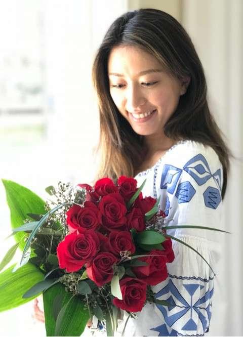 里田まい、夫・田中将大から花束 「ニヤケてしまう」とラブラブぶり披露