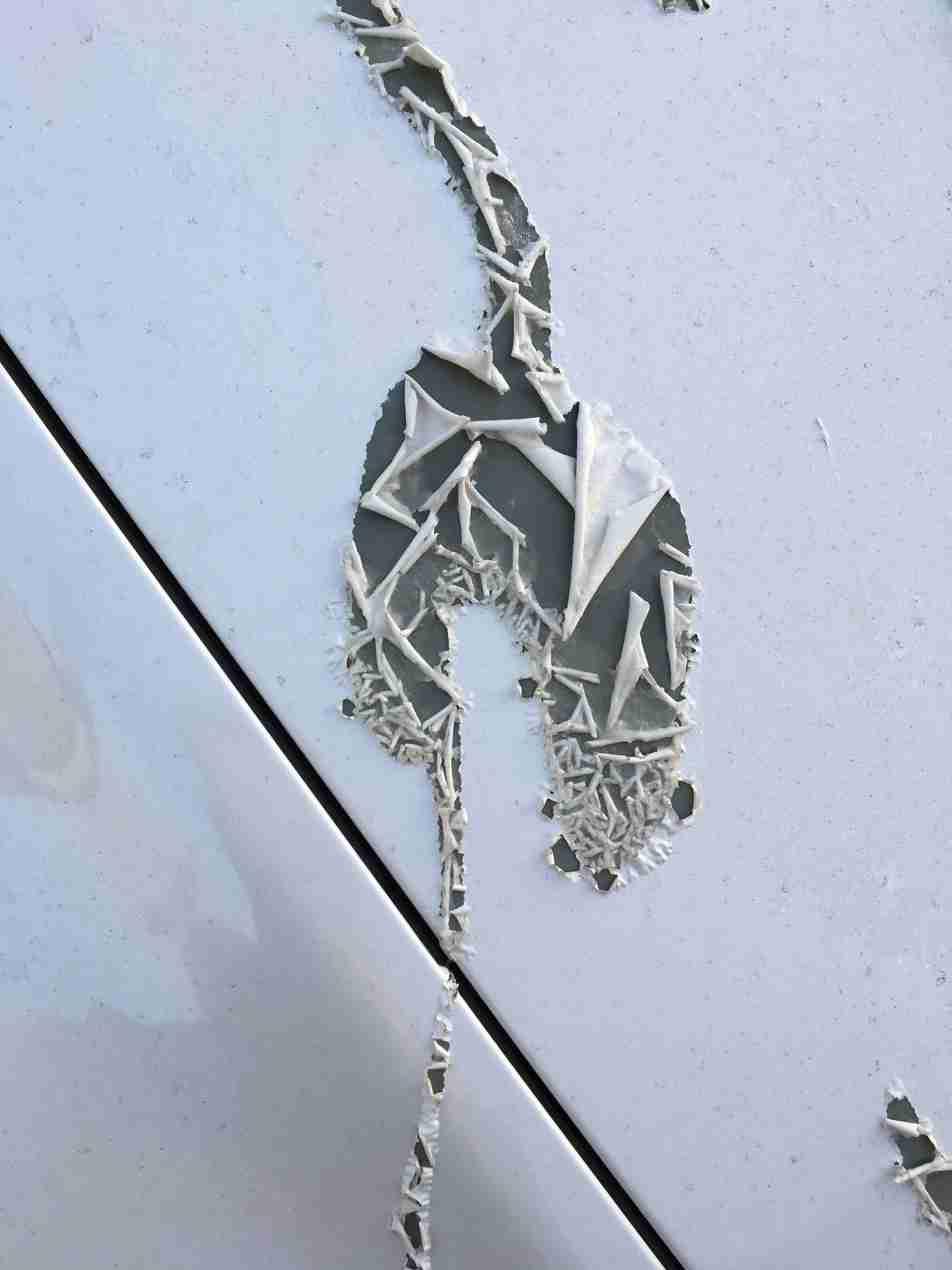 車に液体かけられ塗装は剥げタイヤ溶ける…犯人への怒りの声殺到