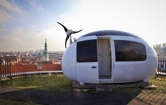 四次元ポケットから出てきたひみつ道具感がすごい!「どこでも我が家~!」な移動式のカプセル型住宅「エコカプセル」が登場