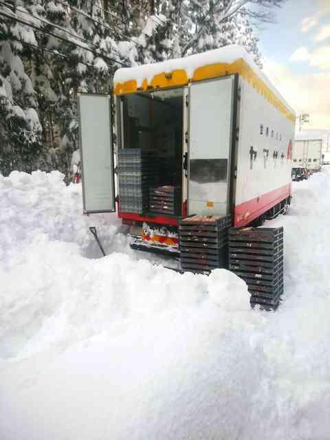 立ち往生の山崎製パン配送トラック、パン配る 福井豪雪