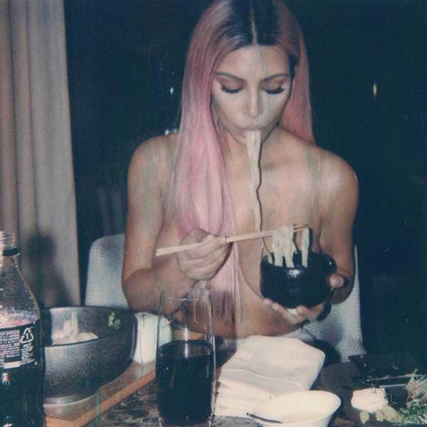 全米人気キム・カーダシアン、東京でトップレスでヌードル食べる姿公開!