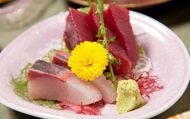 刺身に添えられている『菊の食べ方』にネット騒然 「知ってたらカッコいい」  –  grape [グレイプ]