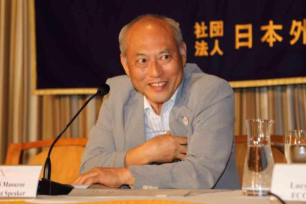 舛添要一氏「ふさふさ」時代の写真披露 「若い頃は国際的にもてたものです(笑)」 : J-CASTニュース