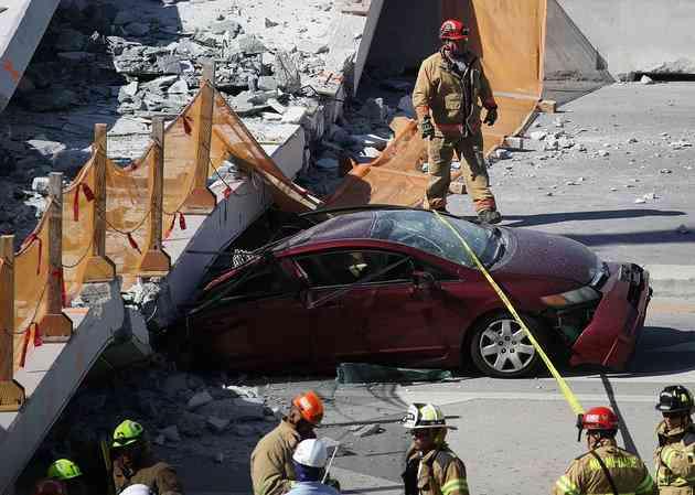 米フロリダで歩道橋が崩落、車や通行人が下敷きに 4人死亡 SNSに多くの現場映像