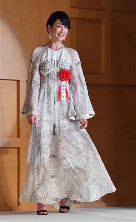 超大胆!宮沢りえが背中全開ドレス姿で登場、読売演劇大賞でW受賞