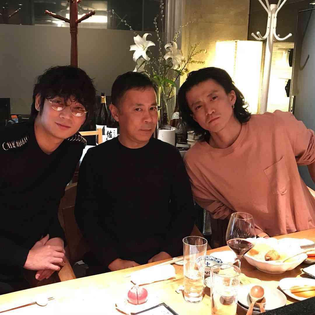 岡村隆史、綾野剛&小栗旬との豪華3ショット披露「最高すぎる」「両手に花」と注目集まる