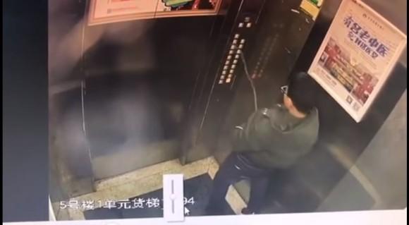 【汚閲覧注意】エレベーターのコントロールパネルに向かって放尿した少年が閉じ込められて救助される