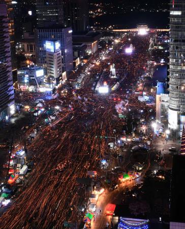 韓国で安倍政権への抗議行動応援 ツイッターに印、メッセージ続々|全国のニュース|佐賀新聞LiVE