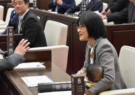 女性市議が乳児連れて議場入り、一時混乱 「子育て両立」訴え 熊本市議会