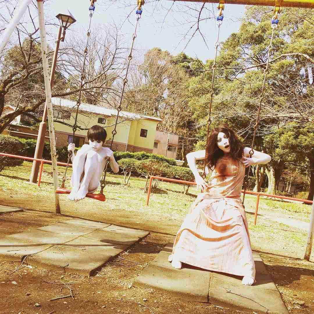 """伽椰子と俊雄のほのぼの親子日記 on Instagram: """"あ゛あ゛あ゛あ゛あ゛ (インスタ始めました♥) #あ゛あ゛あ゛あ゛あ゛ #ニャー #さだかや #世紀の対決 #決戦は6月18日 #負けないぞ♥ #公園 #ブランコ #楽しいな"""""""