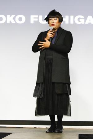 藤原紀香、左手薬指に指輪がキラリ「タエ アシダ」新作発表会に来場