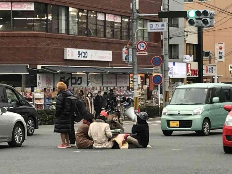 <京都>百万遍交差点で若者がこたつ 「重大事故の可能性」 (毎日新聞) - Yahoo!ニュース