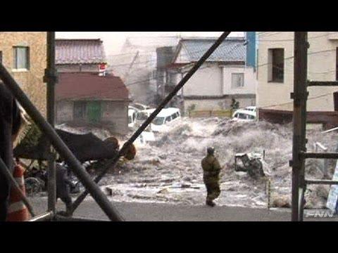 釜石市役所付近に押し寄せる津波 【視聴者提供映像】 - YouTube