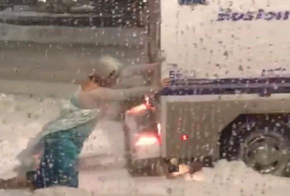 猛吹雪の中でレリゴー!「アナと雪の女王」のエルサ(男)が警察車両を救おうと奮闘する姿がとらえられる : カラパイア