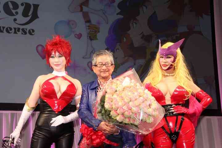 叶姉妹:「キューティーハニー」のコスプレ披露 永井豪にサプライズのWキスも