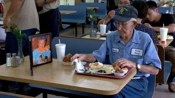いつも2人でこうしていたから。長年連れ添った亡き妻の写真をかたわらに毎日食事をする93歳男性 : カラパイア