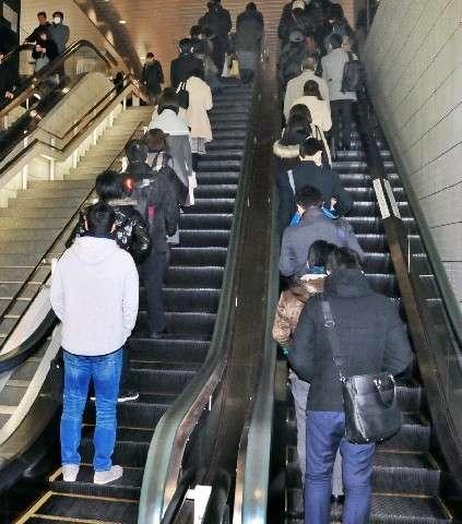 「片側空け」歩行に賛否 エスカレーター、マナー記事反響 左半身まひの男性「右しか立てない」 - 西日本新聞