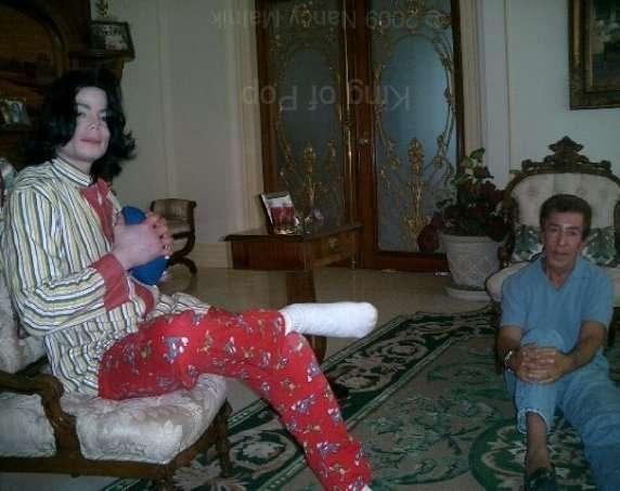 マイケル・ジャクソンの靴が競売に 最初のムーンウォークで着用