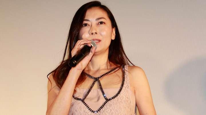 中山美穂:ヌーディーカラーの総レースドレスで美背中披露 - 毎日キレイ