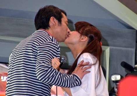 いしだ壱成&飯村貴子夫妻の公開キスにどよめき 会場のコールに応じる | ORICON NEWS