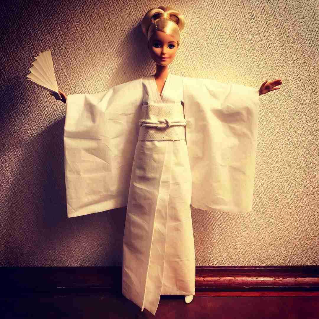 バービー人形のために「紙ナプキンやティッシュ」でドレスを作り続ける男性がスゴすぎる