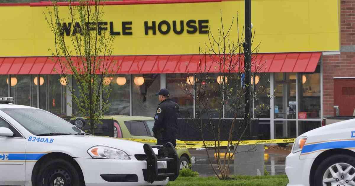 裸にコートの男がレストランで銃乱射、少なくとも4人死亡 容疑者は裸で逃走。