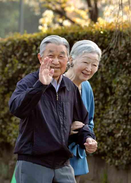 両陛下お忍び、桜を楽しむ 皇居外周、驚くランナーも