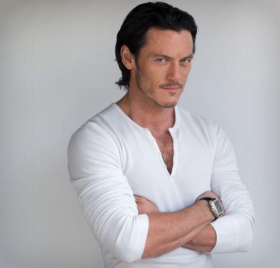 【海外限定】白いシャツを着た俳優を貼るトピ