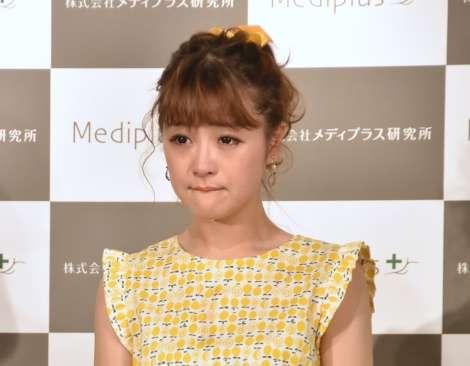 眞鍋かをり、イベントで号泣しメイク落ちる  鈴木奈々が大慌て「ハプニング!」