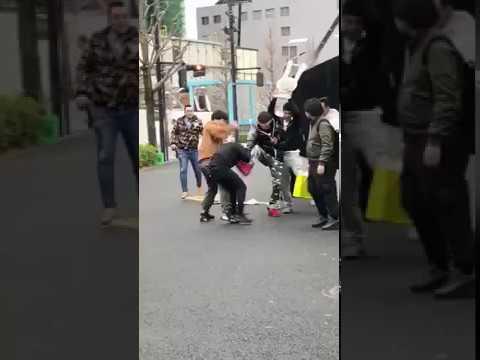 渋谷の服屋の行列で集団暴行事件発生 中国人転売ヤー数十人が日本人1人を路上で集団リンチか - YouTube
