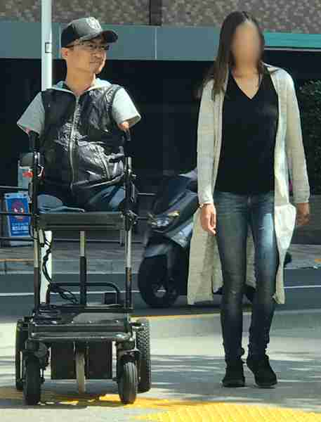 乙武洋匡氏、歩きスマホにお願い 車椅子の構造説明 正面来ると「逃げようがない」