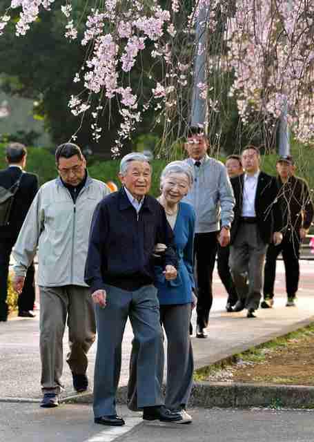両陛下お忍び、桜を楽しむ 皇居外周、驚くランナーも:朝日新聞デジタル