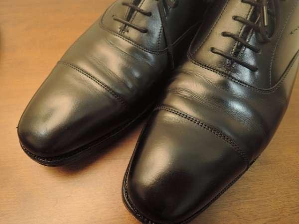 スニーカー通勤したい!革靴にいいところってある?「値段は高いし手入れが面倒」「水には弱いが乾燥にも弱い」 | キャリコネニュース