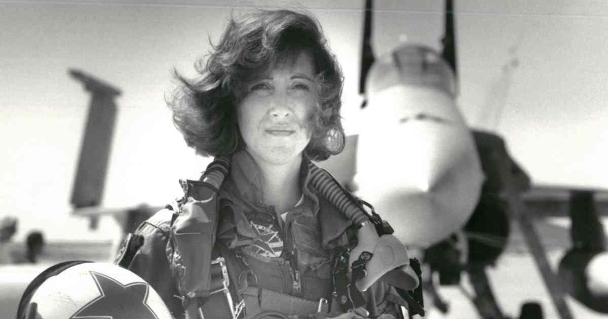 旅客機エンジン爆発、冷静に対処した女性機長は、元米海軍のFA-18パイロットだった