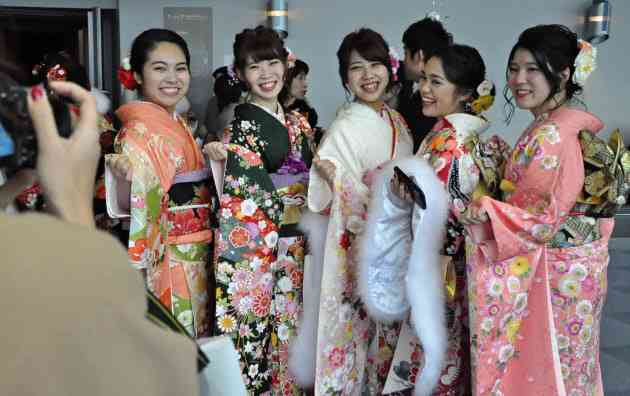 「18歳成人」民法改正案を閣議決定 女性の結婚年齢上げ  :日本経済新聞