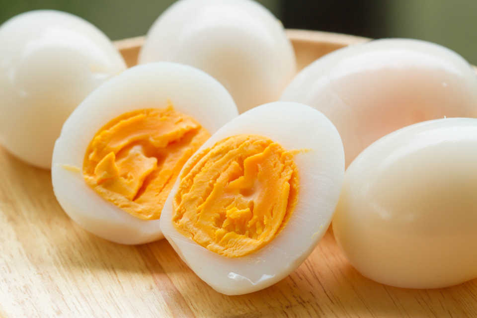 爆発しない!ゆで卵をレンジで上手に作る方法&温めるときの注意点 - macaroni